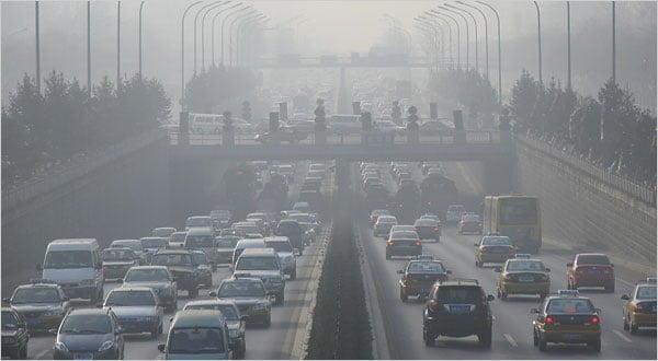 La emisión de gases producida por los vehículos afecta la atmósfera generando smog.